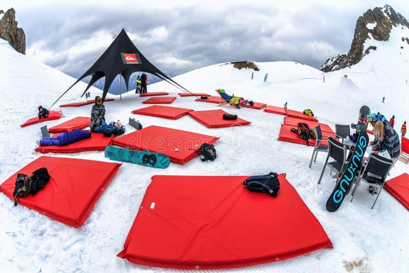 Το στρατόπεδο Quiksilver είναι δραστηριότητα αθλητισμού και ψυχαγωγίας χειμερινών βουνών για τις συμμορίες των σκιέρ και των snow στοκ φωτογραφία με δικαίωμα ελεύθερης χρήσης
