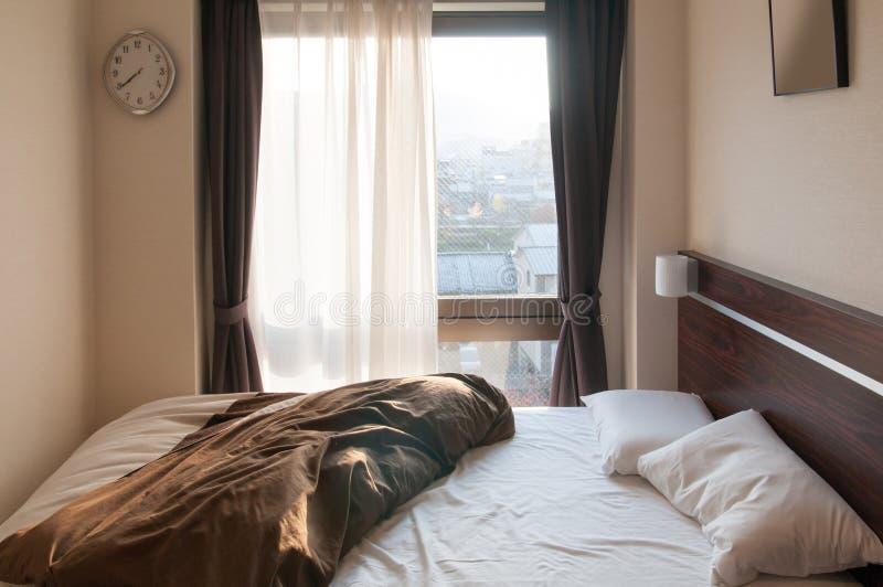 Το στρώμα και τα μαξιλάρια κρεβατιών βρωμίζουν επάνω την κρεβατοκάμαρα το πρωί στοκ φωτογραφίες