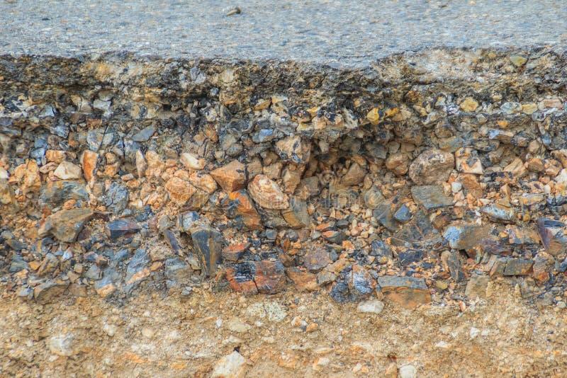Το στρώμα του δρόμου ασφάλτου με το χώμα και του βράχου μετά από την καθίζηση εδάφους στοκ εικόνες