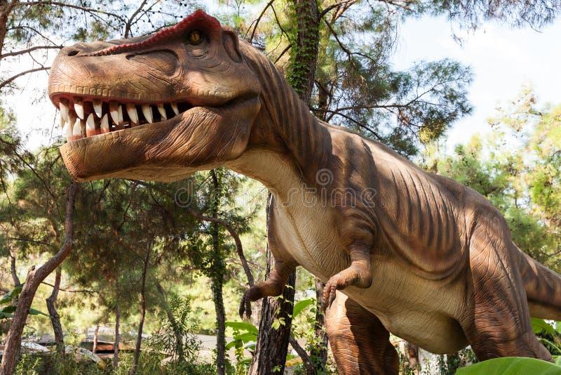 το στόμα του που εμφανίζει οδοντωτούς τυραννοσαύρους στοκ εικόνες