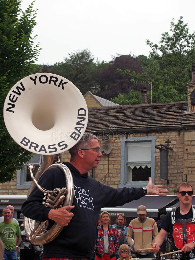 το συγκρότημα χάλκινων ορχηστρών της Νέας Υόρκης που παίζει στην πλατεία της πόλης στο φεστιβάλ δημόσιων τεχνών της γέφυρας Hebde στοκ φωτογραφία με δικαίωμα ελεύθερης χρήσης