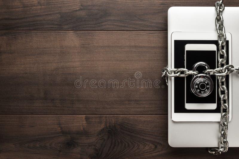 το συμβατικό στοιχείο αντιγράφων έννοιας αλυσίδων σχεδιάζει συσκευών hdd το κλειδωμένο διάστημα ασφάλειας λουκέτων σωστό εξασφαλι στοκ φωτογραφία με δικαίωμα ελεύθερης χρήσης