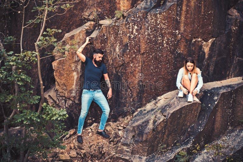 Το συναίσθημα κούρασε μετά από ένα μακροχρόνιο ταξίδι Το ζεύγος απολαμβάνει την αγάπη και το ειδύλλιο Αισθησιακό ζεύγος στο ταξίδ στοκ εικόνες με δικαίωμα ελεύθερης χρήσης