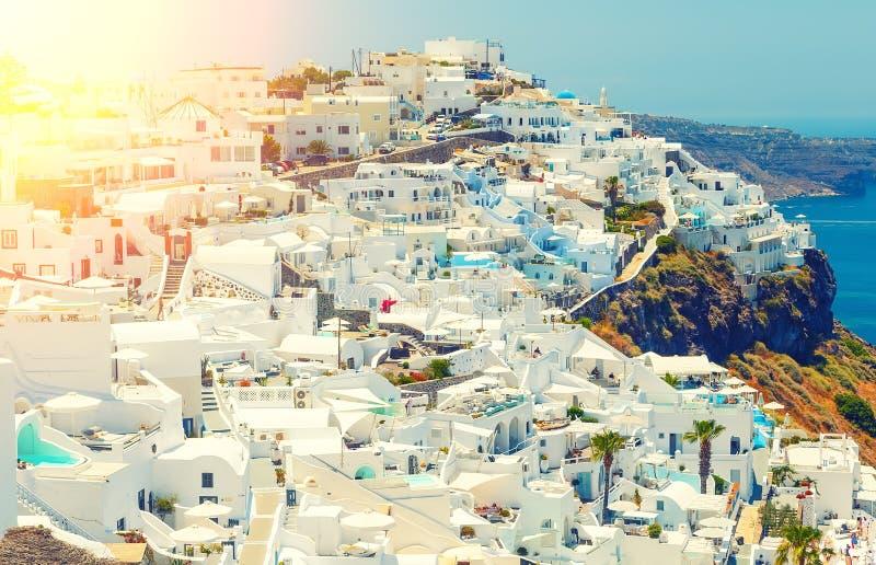 Το συναρπαστικό τοπίο Oia αρχιτεκτονικής του χωριού της παραδοσιακής ελληνικής νησιών στο Αιγαίο πέλαγος και ο ήλιος αποκορυφώματ στοκ εικόνες με δικαίωμα ελεύθερης χρήσης