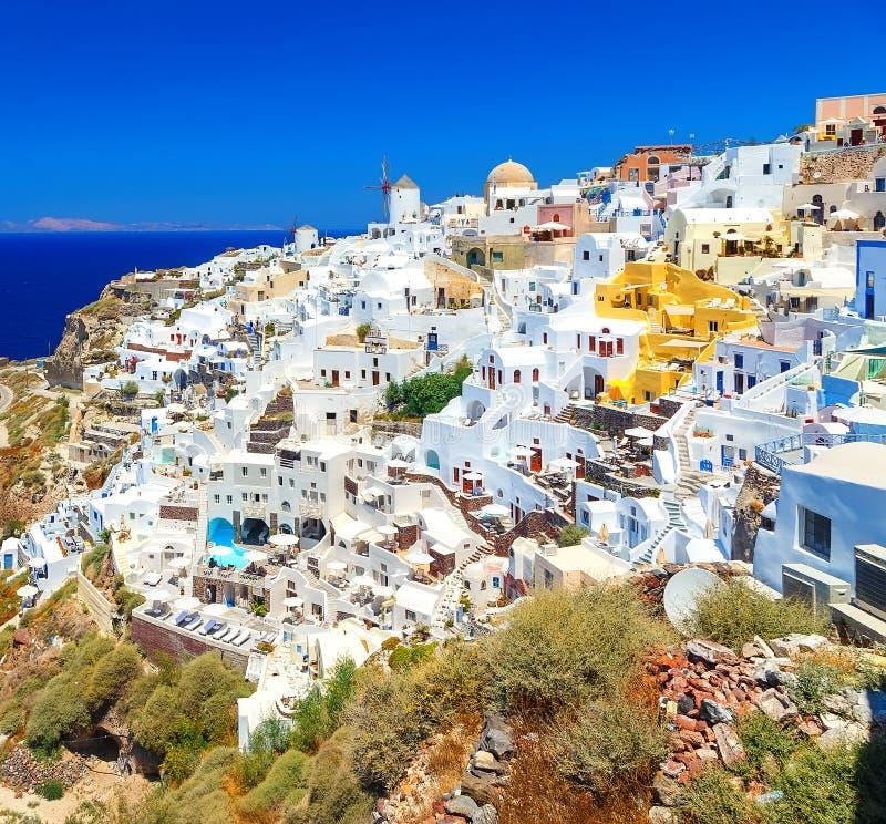 Το συναρπαστικό τοπίο Oia αρχιτεκτονικής του χωριού της παραδοσιακής ελληνικής νησιών στο Αιγαίο πέλαγος και ο ήλιος αποκορυφώματ στοκ φωτογραφία