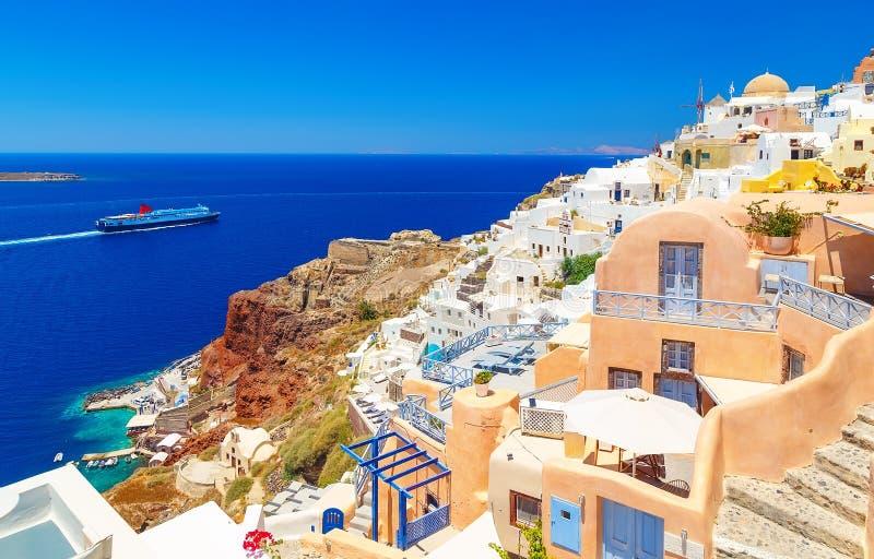 Το συναρπαστικό τοπίο Oia αρχιτεκτονικής του χωριού της παραδοσιακής ελληνικής νησιών στο Αιγαίο πέλαγος και ο ήλιος αποκορυφώματ στοκ εικόνα