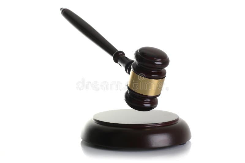 Το σφυρί δικαστών με τη στάση απομόνωσε το άσπρο υπόβαθρο στοκ εικόνες