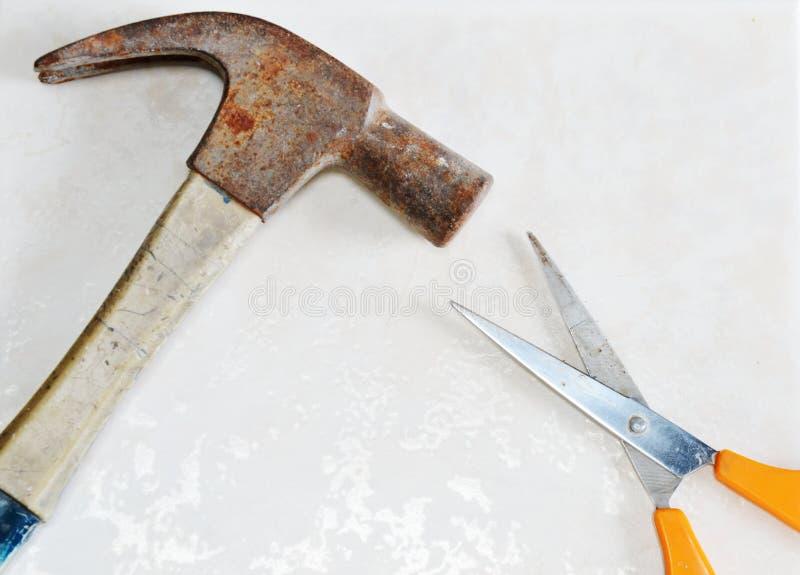 Το σφυρί κερδίζει το ψαλίδι ως παιχνίδι ψαλιδιού εγγράφου βράχου στοκ φωτογραφία με δικαίωμα ελεύθερης χρήσης