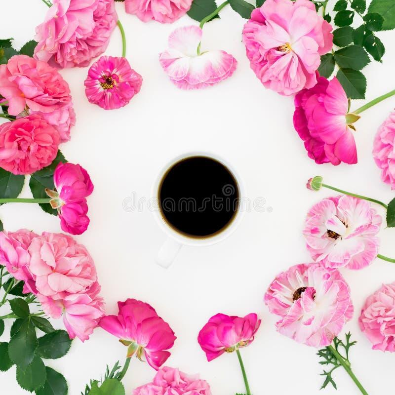 Το σχέδιο με τα ρόδινα ροδαλά λουλούδια, τα πέταλα και ο καφές κλέβουν στο άσπρο υπόβαθρο στοκ φωτογραφία
