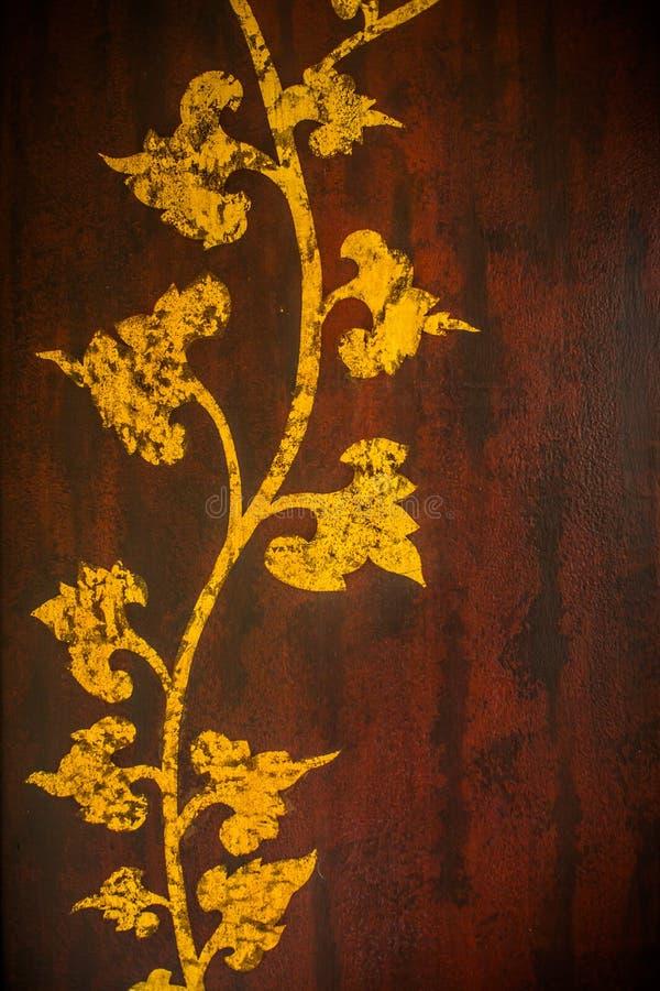 Το σχέδιο Ταϊλανδός χαράζει το χρυσό δέντρων στην παλαιά ξύλινη σύσταση στοκ φωτογραφία με δικαίωμα ελεύθερης χρήσης