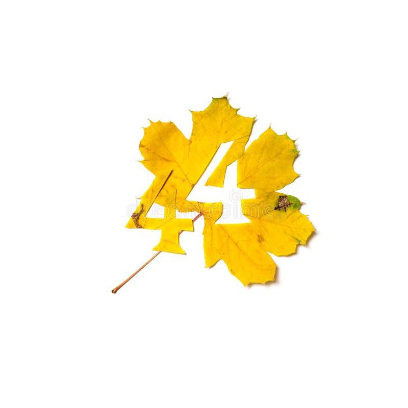 Το σχήμα 4 κόβεται από το κίτρινο φύλλο σφενδάμου στοκ φωτογραφία