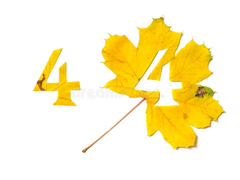 Το σχήμα 4 κόβεται από το κίτρινο φύλλο σφενδάμου στοκ φωτογραφίες με δικαίωμα ελεύθερης χρήσης