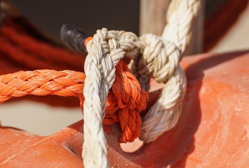 Το σχοινί για την πρόσδεση ενός σκάφους υιοθετείται σε μια αποβάθρα στοκ εικόνα με δικαίωμα ελεύθερης χρήσης
