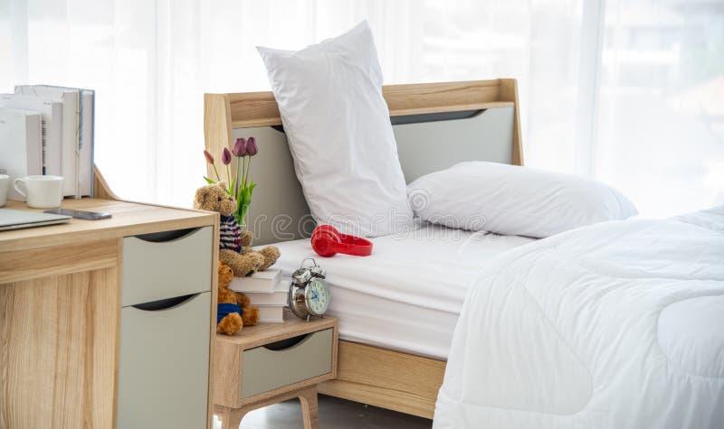 Το σύγχρονο ή ελάχιστο εσωτερικό σχέδιο κρεβατοκάμαρων διακόσμησε με το άνετο διπλό κρεβάτι, άσπρη κλινοστρωμνή στοκ φωτογραφία με δικαίωμα ελεύθερης χρήσης