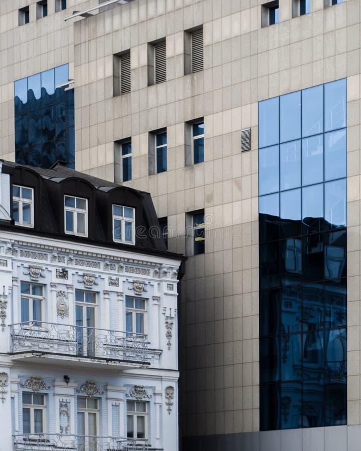 Το σύγχρονο κτήριο και η ιστορική αρχιτεκτονική οικοδόμησης συγκρίνουν στοκ φωτογραφίες με δικαίωμα ελεύθερης χρήσης