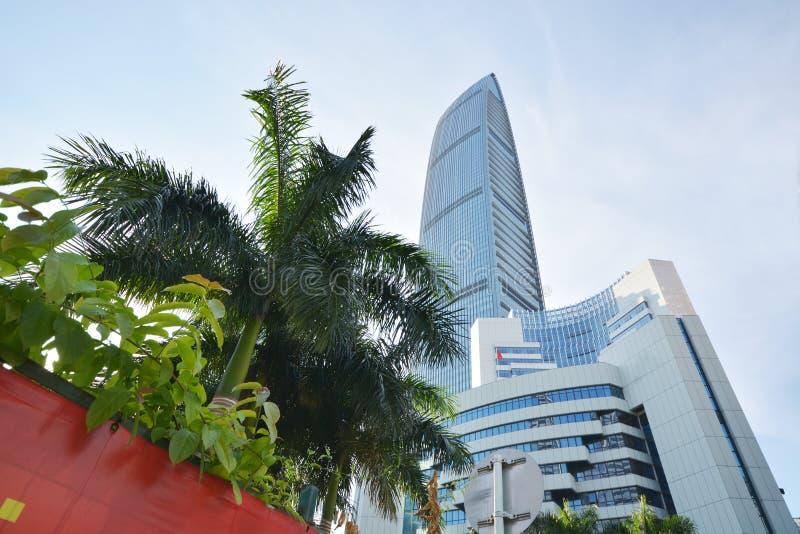 Το σύγχρονο κτήριο ουρανοξυστών μέσα η πόλη στοκ εικόνα