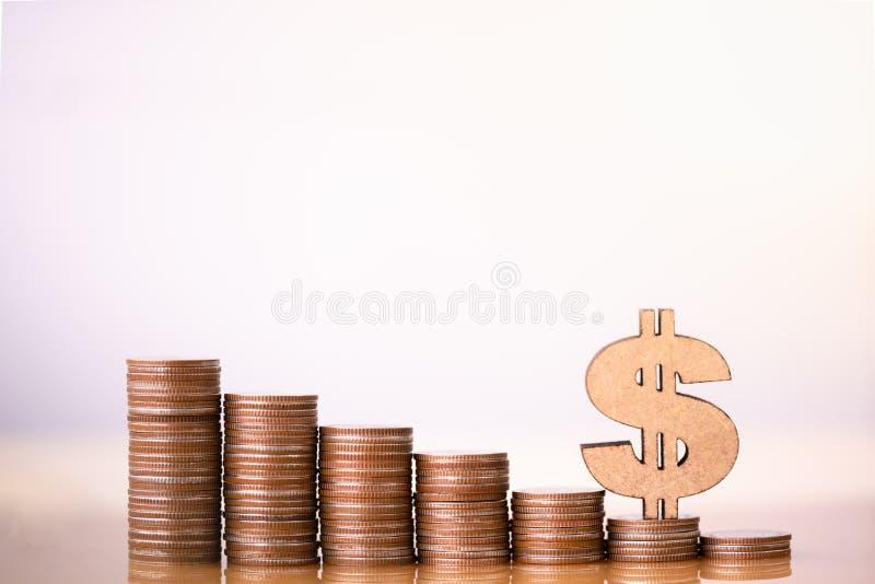 Το σύμβολο δολαρίων και ο σωρός των νομισμάτων στην έννοια της αποταμίευσης και της ανάπτυξης ή της ενέργειας χρημάτων σώζουν στοκ φωτογραφία