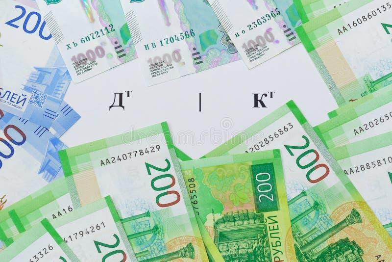 Το σύμβολο στη ρωσική γλώσσα η χρέωση και η πίστωση και τα νέα ρωσικά τραπεζογραμμάτια γύρω στοκ εικόνα με δικαίωμα ελεύθερης χρήσης