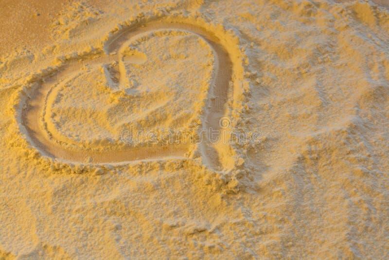 Το σύμβολο της καρδιάς και της αγάπης χρωμάτισε στο αλεύρι στοκ φωτογραφία με δικαίωμα ελεύθερης χρήσης