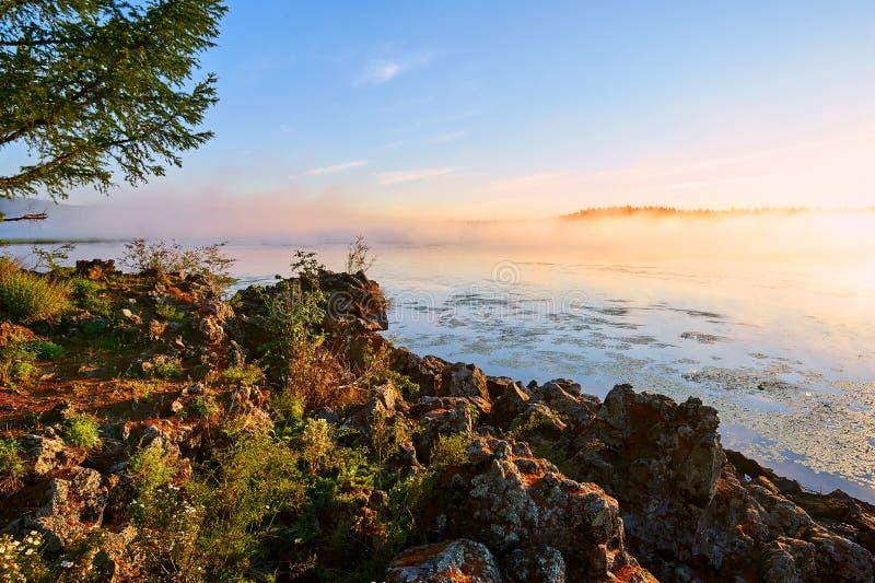 Το σύννεφο και η υδρονέφωση και βράχος της λίμνης στοκ εικόνα με δικαίωμα ελεύθερης χρήσης