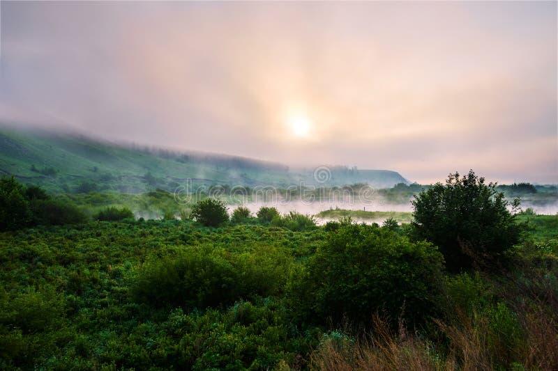 Το σύννεφο και η υδρονέφωση ανατολής στοκ εικόνες