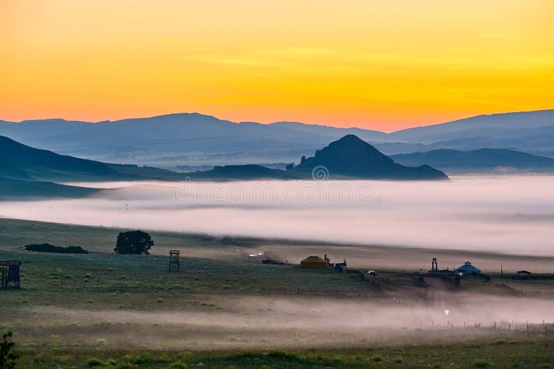Το σύννεφο και η υδρονέφωση και οι λόφοι ξημερώνουν στοκ εικόνες