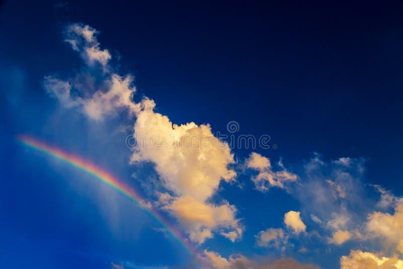 Το σύννεφο μοιάζει με τον περίπατο σκυλιών στο ουράνιο τόξο με το φωτεινό μπλε ουρανό στοκ φωτογραφίες με δικαίωμα ελεύθερης χρήσης