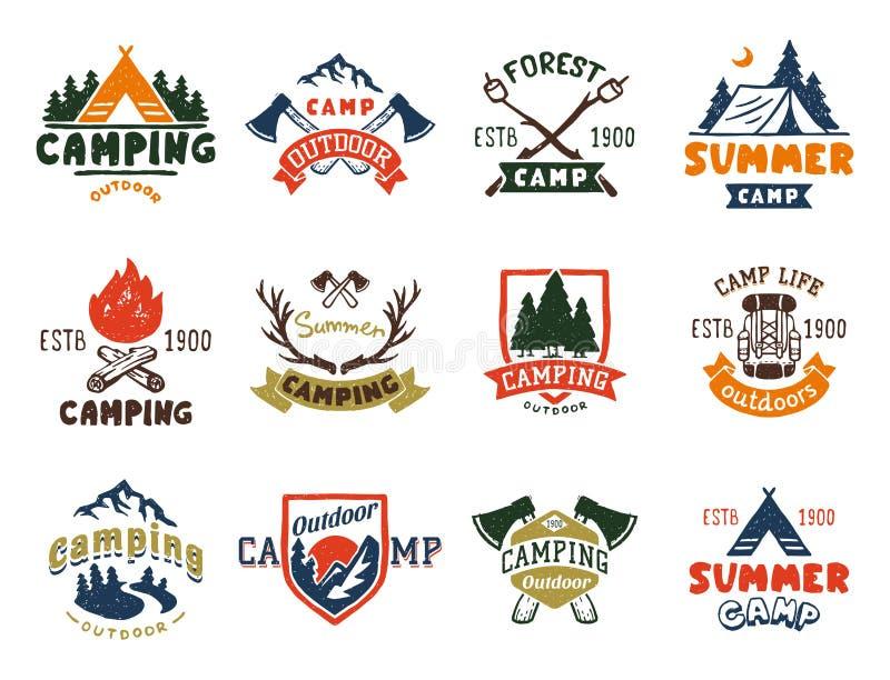 Το σύνολο εκλεκτής ποιότητας διακριτικών στρατόπεδων ξύλων και χεριού λογότυπων ταξιδιού που σύρονται συμβολίζει την υπαίθρια δια διανυσματική απεικόνιση