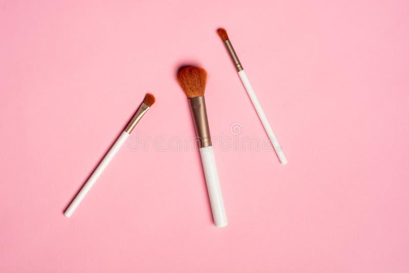 Το σύνολο επίπεδης κορυφής άποψης της επαγγελματικής θηλυκής βούρτσας καλλυντικών για το makeup στο ρόδινο υπόβαθρο, έννοια καλλυ στοκ εικόνες με δικαίωμα ελεύθερης χρήσης