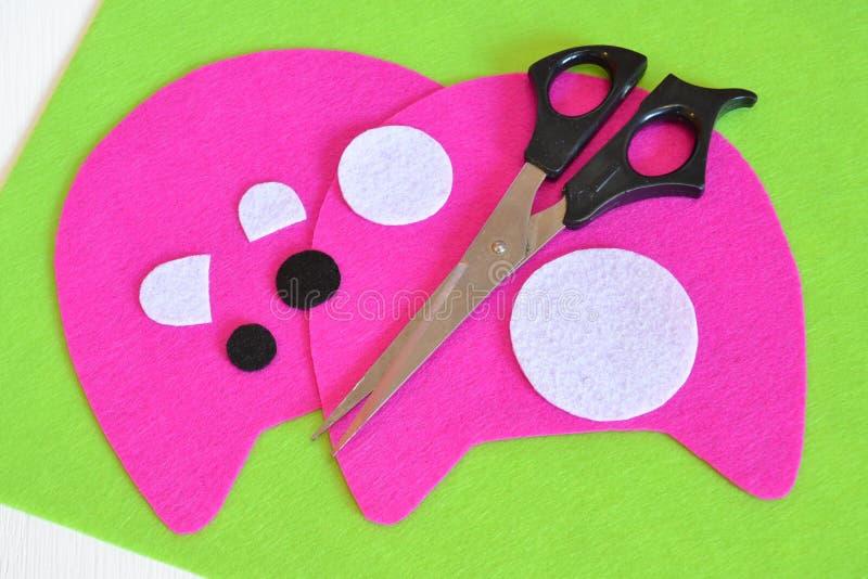 Το σύνολο ραψίματος για το ροζ αισθάνθηκε το τέρας - πώς να κάνει το τέρας το χειροποίητο παιχνίδι στοκ φωτογραφία με δικαίωμα ελεύθερης χρήσης
