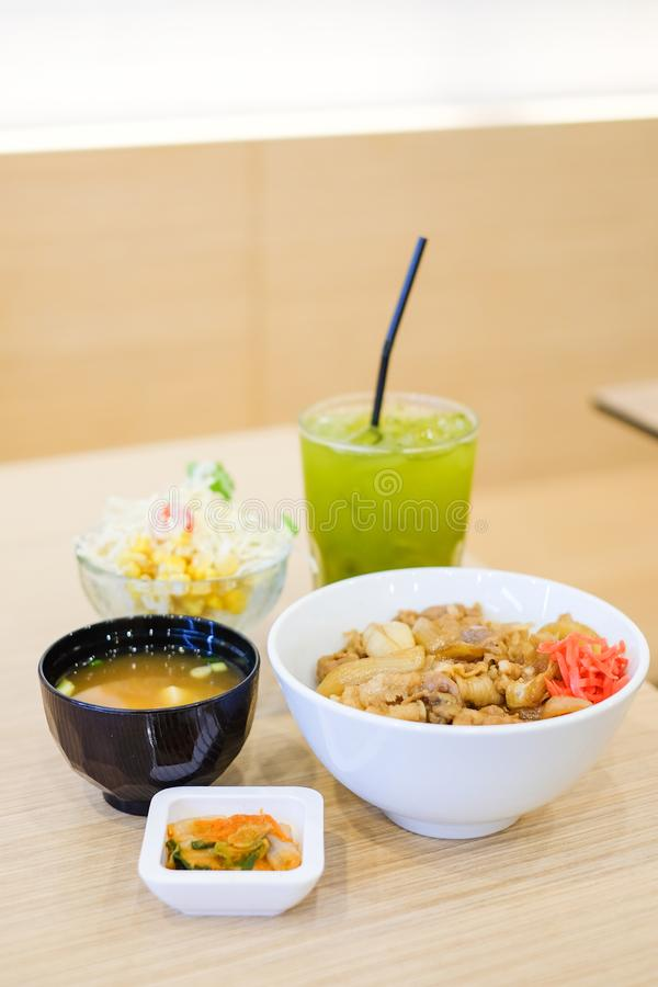 Το σύνολο τροφίμων αποτελείται από το ρύζι με το ψημένο στη σχάρα teriyaki χοιρινού κρέατος, άνοιξη στοκ φωτογραφία