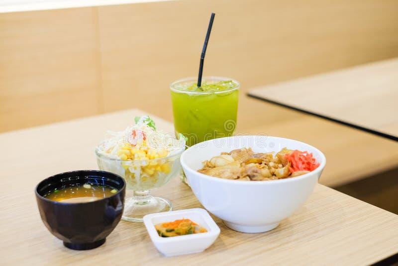 Το σύνολο τροφίμων αποτελείται από το ρύζι με το ψημένο στη σχάρα teriyaki χοιρινού κρέατος, άνοιξη στοκ φωτογραφίες
