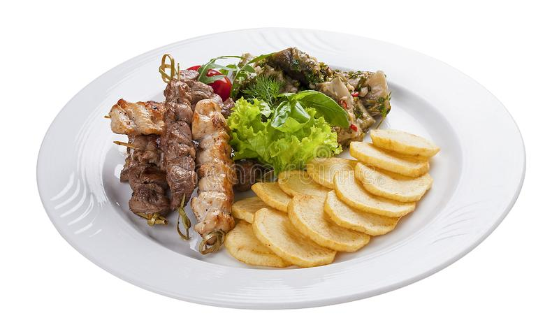 Το σύνολο kebabs με το λαχανικό διακοσμεί σε ένα άσπρο πιάτο στοκ φωτογραφίες με δικαίωμα ελεύθερης χρήσης