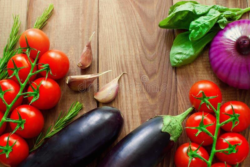 Το σύνολο ζωηρόχρωμων λαχανικών και καρυκευμάτων στον ξύλινο πίνακα, διαστημική εικόνα αντιγράφων - κρεμμύδι, καλαμπόκι, ντομάτες στοκ φωτογραφίες