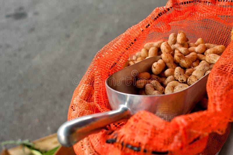 Το σύνολο Scooper των φυστικιών κάθεται στην τσάντα στην αγορά αγροτών στοκ εικόνες