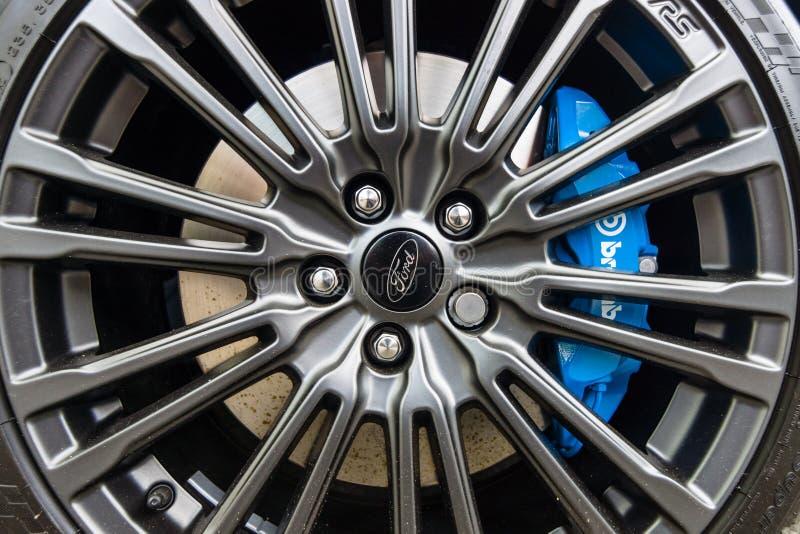 Το σύστημα φρένων και η ρόδα του συμπαγούς αυτοκινήτου Ford Focus RS ( τρίτο generation) , κινηματογράφηση σε πρώτο πλάνο στοκ εικόνες με δικαίωμα ελεύθερης χρήσης