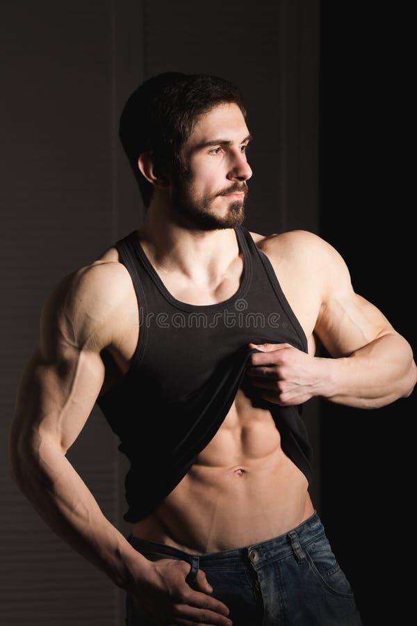 Το τέλειο άτομο παρουσιάζει ABS έξι πακέτων του Μυϊκός και κατάλληλος κορμός του νέου αρσενικού Hunk με το αθλητικό πουκάμισο εκμ στοκ εικόνα με δικαίωμα ελεύθερης χρήσης