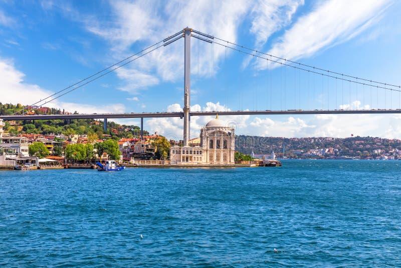 Το τέμενος Ορτάκοϊ και η Γέφυρα Βοσπόρου, θέα από το πορθμείο, Ιστανμπούλ, Τουρκία στοκ εικόνα