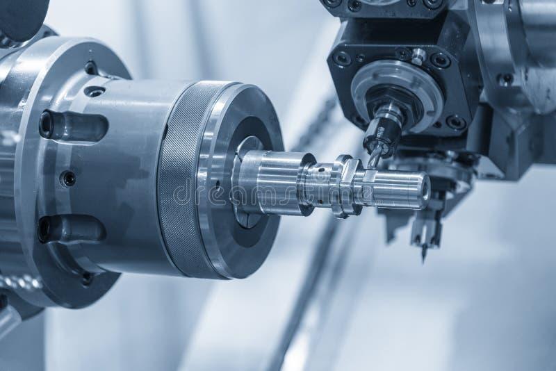 Το τέμνον αυλάκι μηχανών στροφή-μύλων στον άξονα μετάλλων στοκ φωτογραφίες