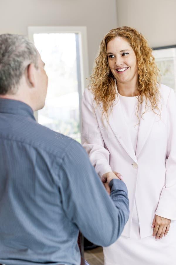 Το τίναγμα ανδρών και γυναικών παραδίδει το γραφείο στοκ φωτογραφία με δικαίωμα ελεύθερης χρήσης