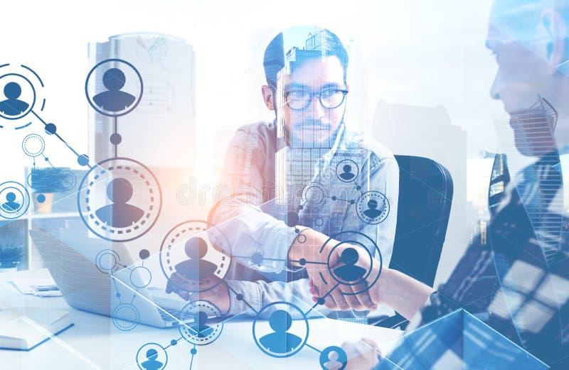 Το τίναγμα επιχειρηματιών παραδίδει το γραφείο, δίκτυο ελεύθερη απεικόνιση δικαιώματος