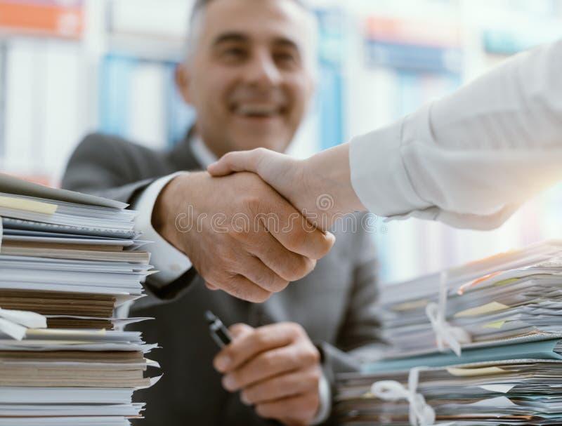 Το τίναγμα επιχειρηματιών παραδίδει το γραφείο στοκ εικόνα με δικαίωμα ελεύθερης χρήσης