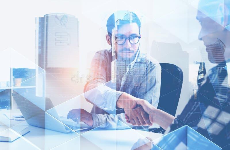 Το τίναγμα επιχειρηματιών παραδίδει το γραφείο, τρίγωνα στοκ εικόνες