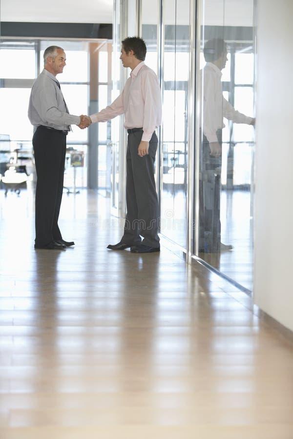 Το τίναγμα επιχειρηματιών παραδίδει το διάδρομο στοκ εικόνα με δικαίωμα ελεύθερης χρήσης