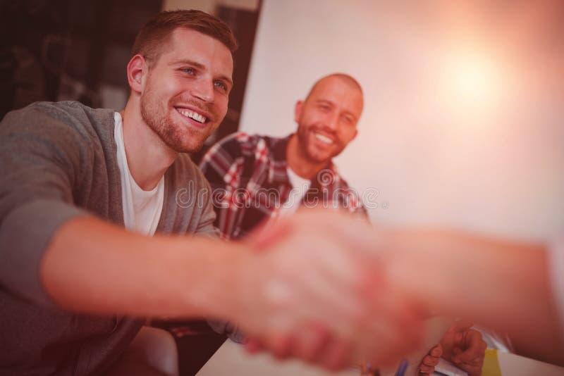 Το τίναγμα επιχειρησιακών επιχειρηματιών παραδίδει το γραφείο στοκ φωτογραφία με δικαίωμα ελεύθερης χρήσης