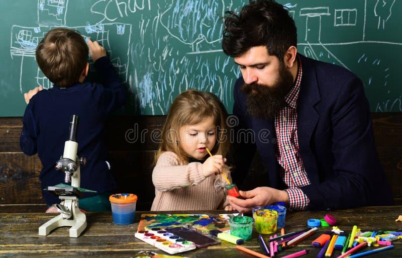 Το ταλαντούχο schoolkid κάνει την εργασία τέχνης του στην τάξη στο σχολείο Η ανάγκη παιδιών πραγματικά είναι δάσκαλος που μπορεί  στοκ φωτογραφίες με δικαίωμα ελεύθερης χρήσης