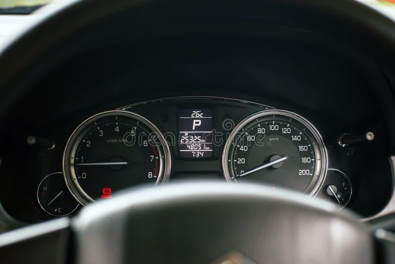 Το ταμπλό της απόστασης σε μίλια στο αυτοκίνητο, μετρητής ταχύτητας είναι μετρητής που μέτρα και επιδείξεις στοκ εικόνες με δικαίωμα ελεύθερης χρήσης