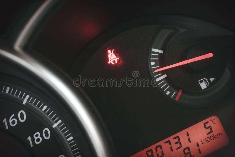 Το ταμπλό αυτοκινήτων ή η επιτροπή κονσολών με τη φωτισμένη ζώνη σημαδιών ` δεν είναι στερεωμένο ` στοκ εικόνες με δικαίωμα ελεύθερης χρήσης