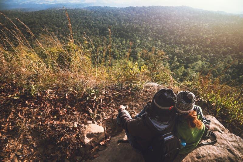 Το ταξίδι Ασιατών γυναικών και ανδρών εραστών χαλαρώνει στις διακοπές Θαυμάστε το τοπίο ατμόσφαιρας στο βουνό Πάρκο βουνών ευτυχώ στοκ εικόνες με δικαίωμα ελεύθερης χρήσης