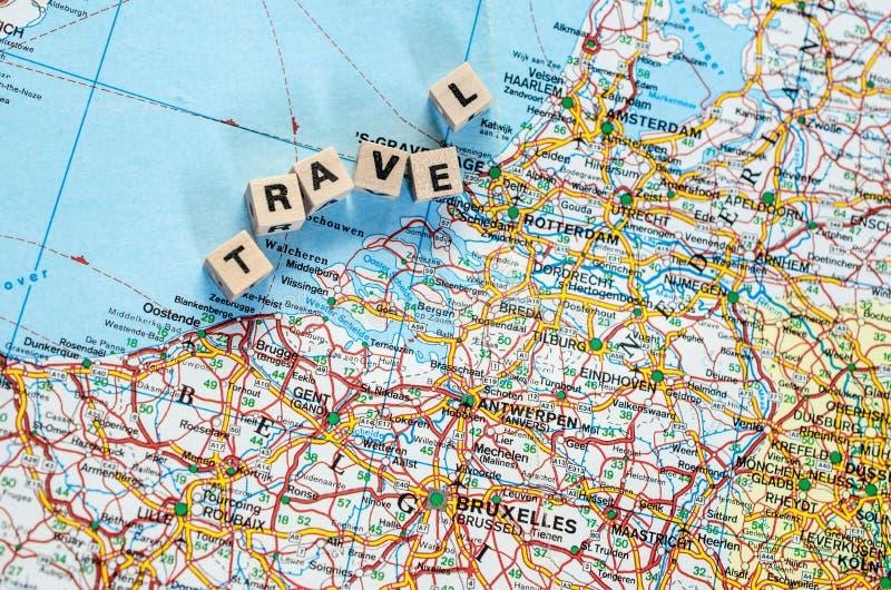 Το ταξίδι λέξης που γράφεται στους κύβους και το χάρτη στοκ εικόνες